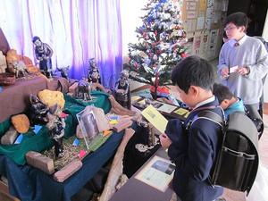 2014年12月 6日 (土) 馬小屋前で祈る子どもたち